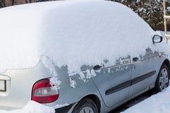 Coche debajo de la nieve blanca Imagenes de archivo