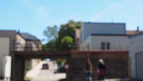 Coche debajo del puente, musgo, Noruega almacen de video