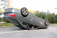 Coche del accidente volcado en el medio del camino Fotos de archivo