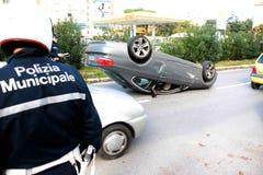 Coche del accidente volcado en el medio del camino Fotos de archivo libres de regalías