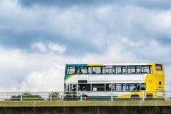 Coche del autobús en fondo del cielo nublado del ober de la autopista de Reino Unido imagen de archivo