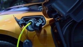Coche del automóvil descubierto de BMW i8 con el cargador eléctrico almacen de video