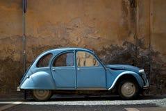 Coche del azul de la vendimia fotografía de archivo