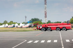 Coche del bombero en el aeropuerto Fotos de archivo libres de regalías