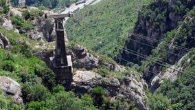 Coche del cablecarril de la montaña que sube para arriba metrajes