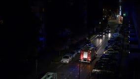 Coche del cuerpo de bomberos en la noche almacen de video
