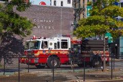 Coche del departamento de bomberos en las calles en abajo Manhattan, Chinatown, Nueva York Imagenes de archivo