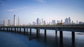 Coche del edificio del horizonte de ciudad de Panamá del panorama Imagenes de archivo
