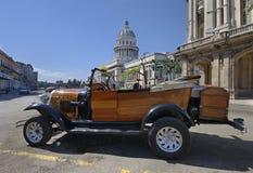 Coche del estilo de la vendimia delante de la construcción en La Habana Foto de archivo libre de regalías