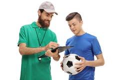 Coche del fútbol que aconseja a un jugador adolescente Imagen de archivo