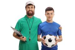 Coche del fútbol y un jugador adolescente con un fútbol Fotografía de archivo