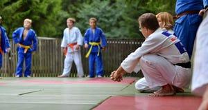 Coche del judo que dice a sus alumnos Fotos de archivo libres de regalías