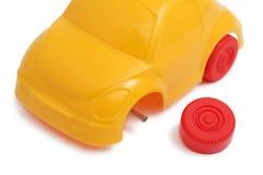 Coche del juguete con la rueda quebrada Fotos de archivo libres de regalías