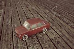 Coche del juguete en el entarimado de madera Fotos de archivo