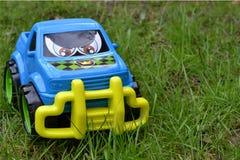 Coche del juguete en hierba Imágenes de archivo libres de regalías