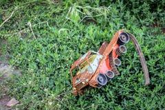 Coche del juguete en la hierba Fotografía de archivo