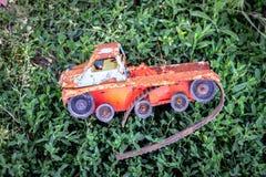 Coche del juguete en la hierba Fotografía de archivo libre de regalías