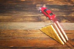 Coche del juguete que salta del trampolín i Fotos de archivo