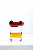 Coche del juguete y vidrio de whisky Fotografía de archivo