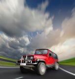 coche del mecanismo impulsor de la Todo-rueda en la carretera abandonada Fotos de archivo