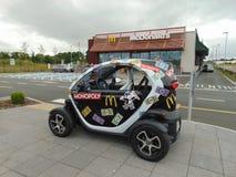 Coche del monopolio de McDonald's fuera del restaurante de McDonald's Fotografía de archivo