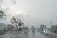 Coche del movimiento en llover tiempo Foto de archivo