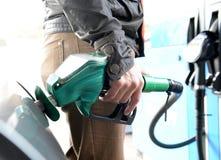 Coche del reaprovisionamiento del hombre en la gasolinera Imagen de archivo libre de regalías