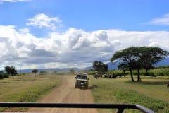 Coche del safari en una aventura frican fotos de archivo
