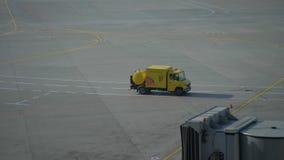 Coche del servicio en la pista del aeropuerto 4K metrajes