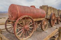 Coche del tanque de agua en Harmony Borax en Death Valley imagen de archivo