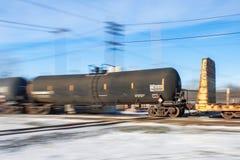 Coche del tanque rápido en pistas ferroviarias foto de archivo