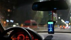 Coche del taxi de la ciudad de la noche almacen de metraje de vídeo