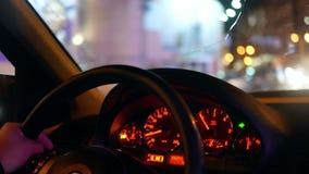 Coche del taxi de la ciudad de la noche almacen de video