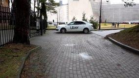 Coche del taxi de Uber en el estacionamiento en la ciudad metrajes