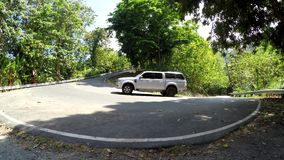 Coche del vehículo que se levanta en el camino escarpado y curvado de la cumbre almacen de video