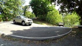 Coche del vehículo que se mueve abajo en el camino escarpado y curvado de la cumbre almacen de video
