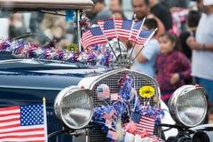 Coche del vintage adornado con las banderas americanas Imágenes de archivo libres de regalías