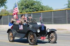 Coche del vintage adornado con las banderas americanas Fotografía de archivo