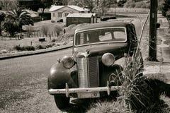 Coche del vintage en el ajuste rural Escena de la era de la guerra Imagen de archivo