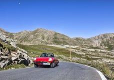 Coche del vintage en el camino más alto de Europa Fotos de archivo