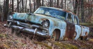 Coche del vintage en el campo abandonado Foto de archivo libre de regalías