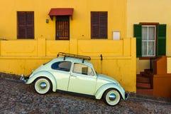 Coche del vintage en el distrito de BO Kaap, Cape Town, Suráfrica fotografía de archivo