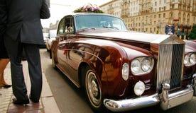 Coche del vintage en la boda en Moscú imágenes de archivo libres de regalías