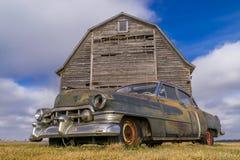 Coche del vintage y granero rústico Foto de archivo libre de regalías