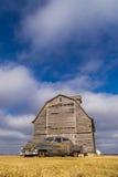 Coche del vintage y granero rústico Foto de archivo