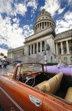 Coche delante del capitolio en La Habana. Foto de archivo