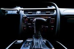 Coche deportivo de lujo moderno dentro Interior del coche del prestigio Cuero negro Detalle del coche dashboard Leve automático d imagen de archivo libre de regalías