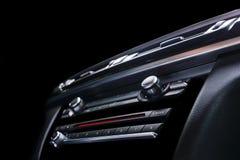 Coche deportivo de lujo moderno dentro Interior del coche del prestigio Cuero negro Detalle del coche dashboard Medios, clima y n imagen de archivo libre de regalías
