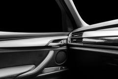 Coche deportivo de lujo moderno dentro Interior del coche del prestigio Cuero negro Detalle del coche dashboard Medios, clima y n Fotos de archivo libres de regalías