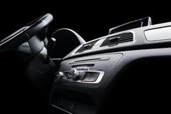 Coche deportivo de lujo moderno dentro Interior del coche del prestigio Cuero negro Detalle del coche dashboard Medios, clima y n imagen de archivo